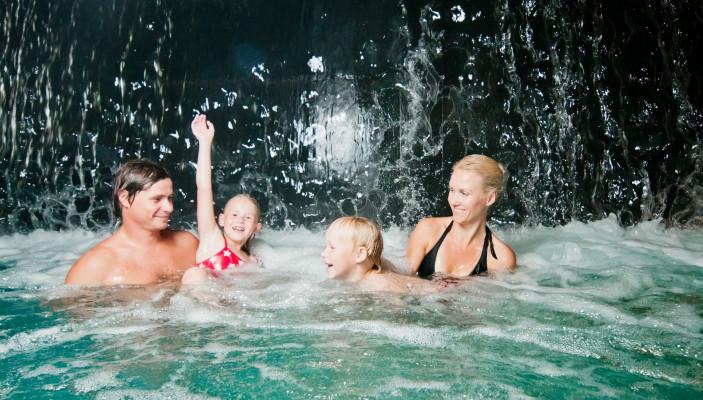 Kogupere puhkus spaas_pere veepargis